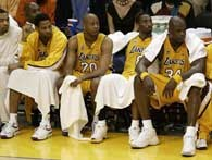 Smutni gracze Lakers na ławce po zakończeniu III kwarty