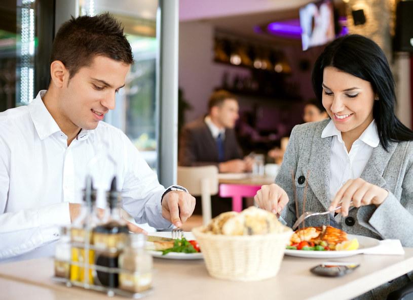Śniadania na mieście jedzą przede wszystkim ludzie młodzi, w dużych miastach, do których szybciej docierają nowe trendy /Picsel /123RF/PICSEL