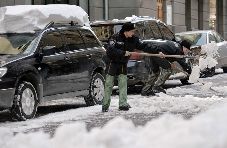 Śnieg zalegający na ulicach Kijowa /AFP