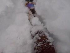 Snowboardzista wpadł prosto w zaspę