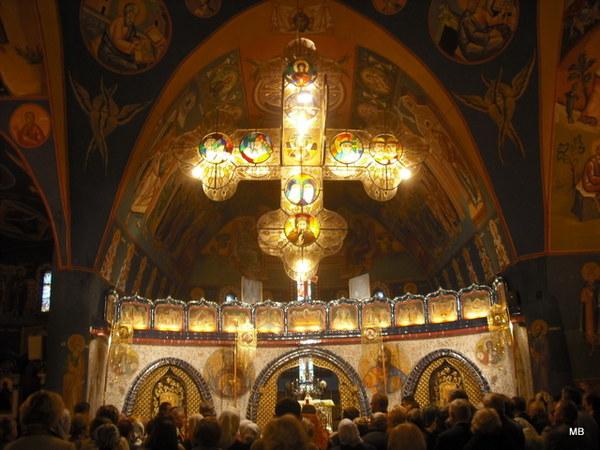 Otwieramy buzie w zachwycie...centralną przestrzeń cerkwi wypełnia panikadiło, czyli żyrandol w kształcie krzyża greckiego ozdobiony witrażami