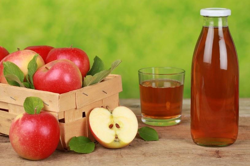 Sok jabłkowy to źródło witamin i energii /©123RF/PICSEL