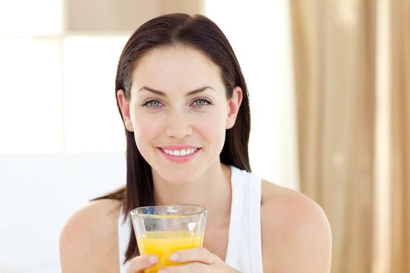 Sok pomarańczowy należy pić z umiarem /123RF/PICSEL