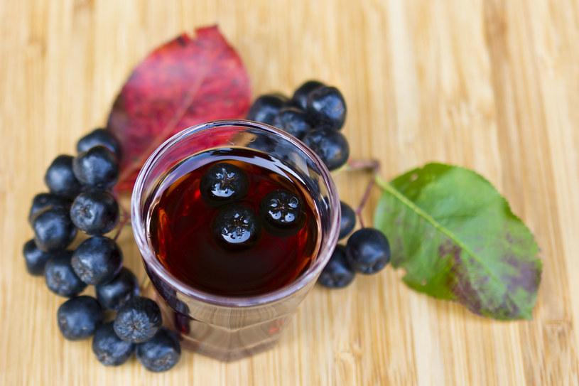 Sok z aronii jest idealny dla osób z nadciśnieniem, miażdżycą i cukrzycą oraz osłabionych /123RF/PICSEL
