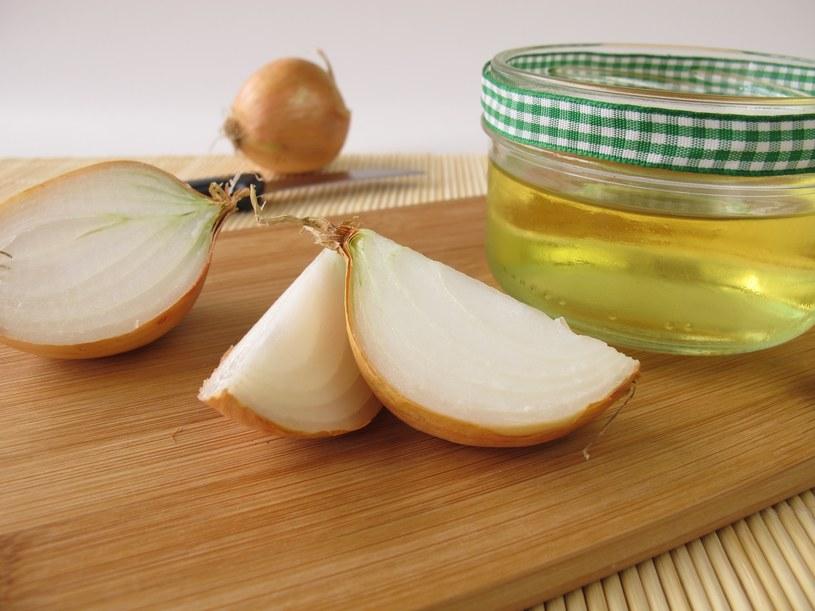 Sok z cebuli lub czosnku jest doskonały na katar. /123RF/PICSEL