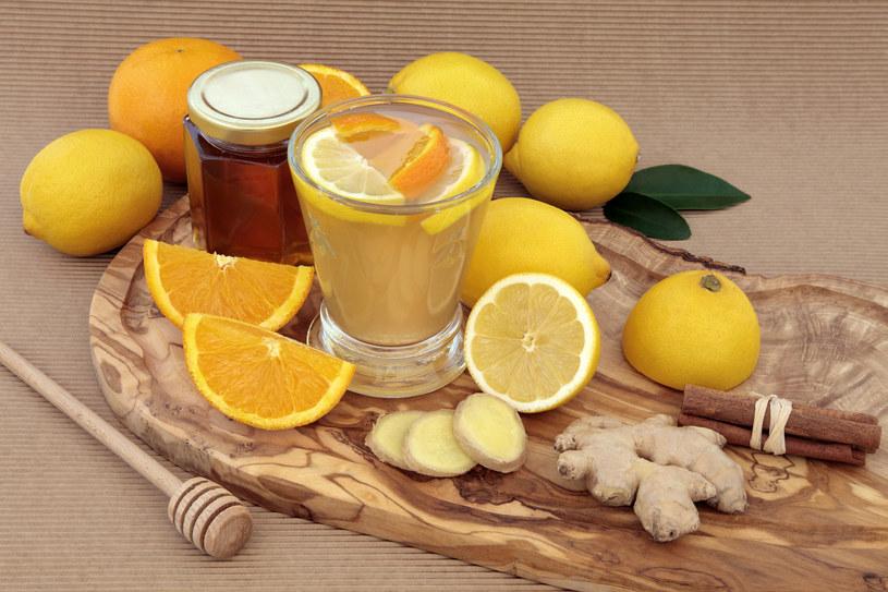 Sok z cytryny dzięki składnikom odżywczym chroni wątrobę /123RF/PICSEL
