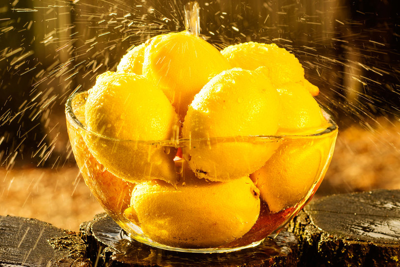 Sok z cytryny jest polecany jako składnik maseczek dla starszych pań /123RF/PICSEL