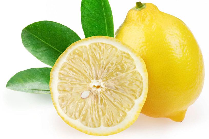 Sok z cytryny pomaga na wiele urodowych problemów /123RF/PICSEL