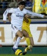 Solari i Javi Venta walczą o piłkę. Villarreal-Real 0:0 /AFP