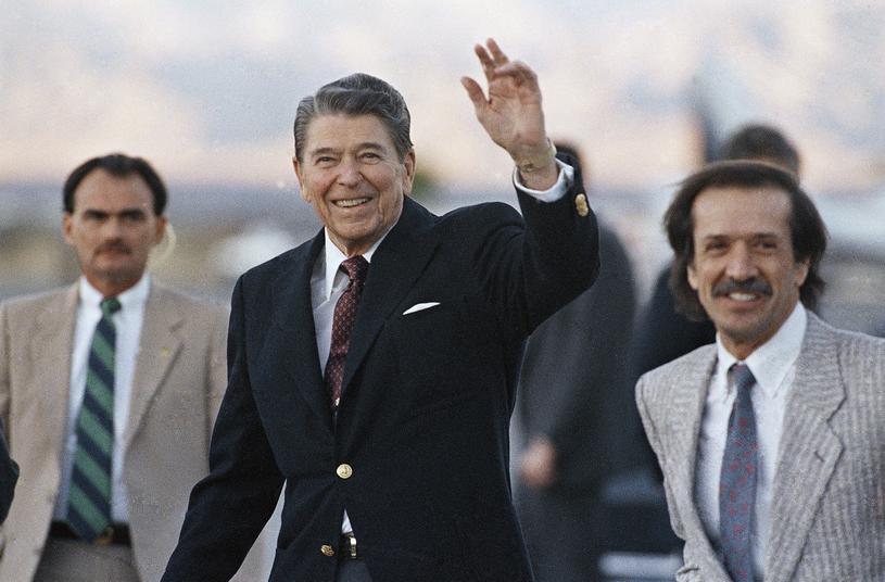 Sonny Bono (z prawej) w towarzystwie Ronalda Reagana /AP Photo/Doug Mills /East News