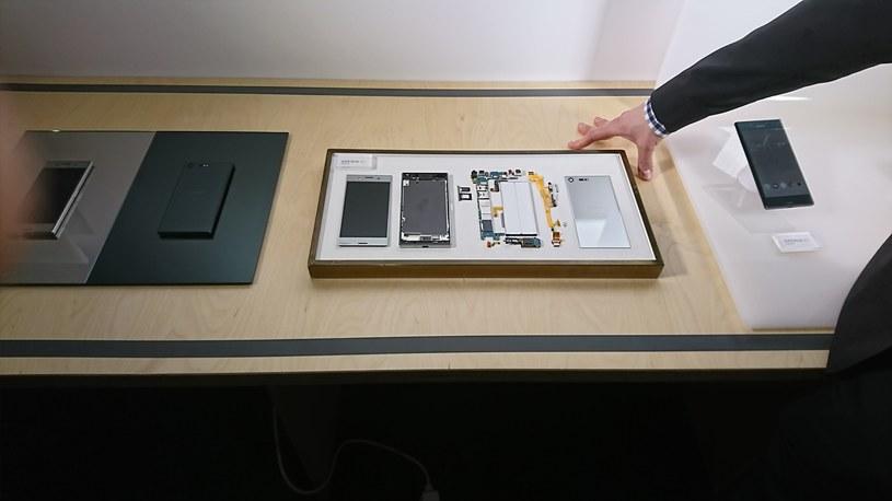 Sony Xperia XZ Premium rozłożona na czynniki pierwsze /INTERIA.PL