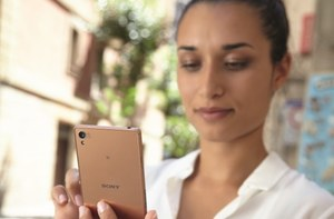 Sony Xperia Z3 i zegarek SmartBand Talk na zdjęciach prasowych