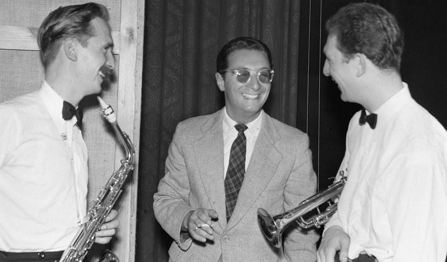 Sopot 1957. Leopold Tyrmand z muzykami na Festiwalu Jazzowym /PAP/CAF    /PAP