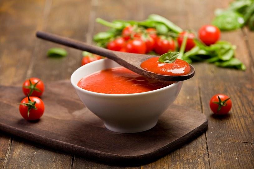 Sos pomidorowy pasuje do wielu dań /123RF/PICSEL