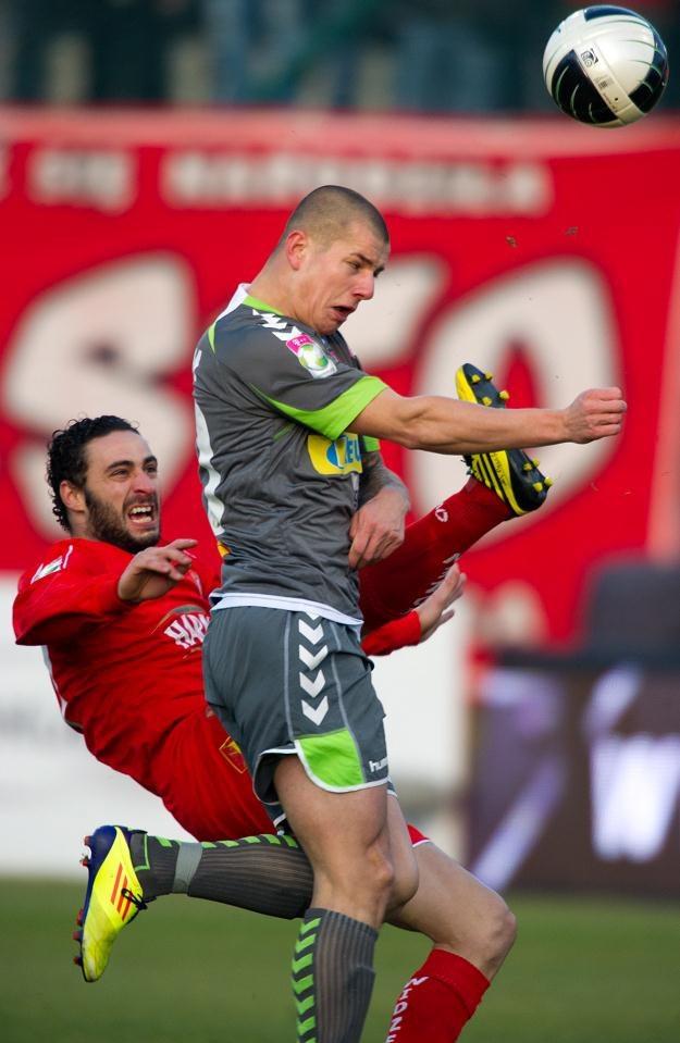Souheil Ben Radhia (L) walczy o piłkę z Maciejem Korzymem z Korony  fot: Grzegorz Michałowski /PAP