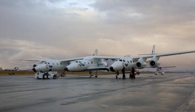 SpaceShipTwo podczepiony do maszyny wznoszącej.    Fot. Virgin Galactic /materiały prasowe
