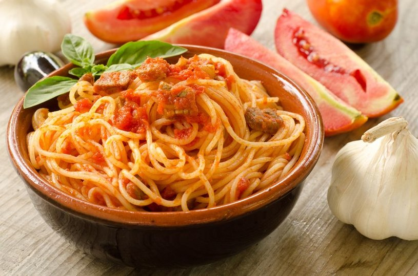 Spaghetti po wiejsku możesz urozmaicić także boczkiem i pieczarkami /©123RF/PICSEL