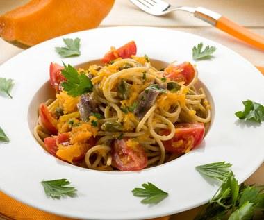 Spaghetti pomidorowe z dynią oraz szynką