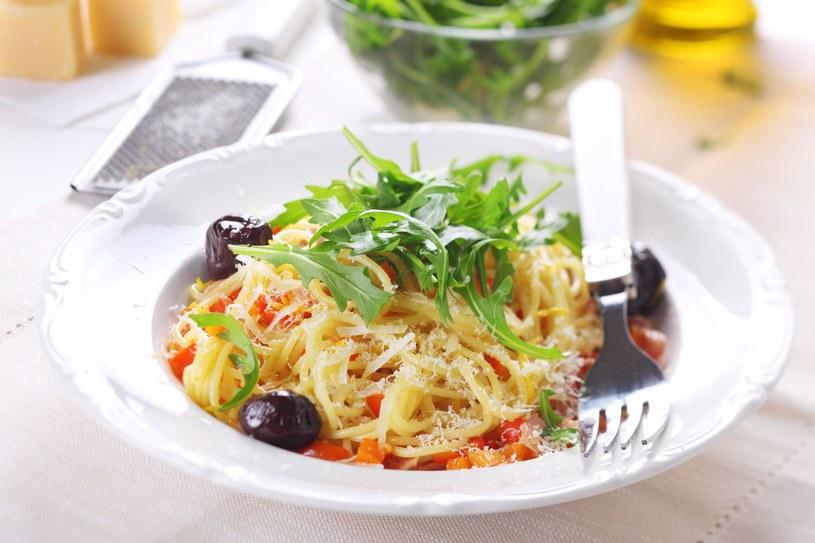 Spaghetti z oliwkami i rukolą /©123RF/PICSEL