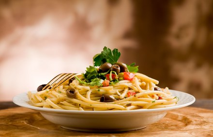 Spaghetti z oliwkami i serem