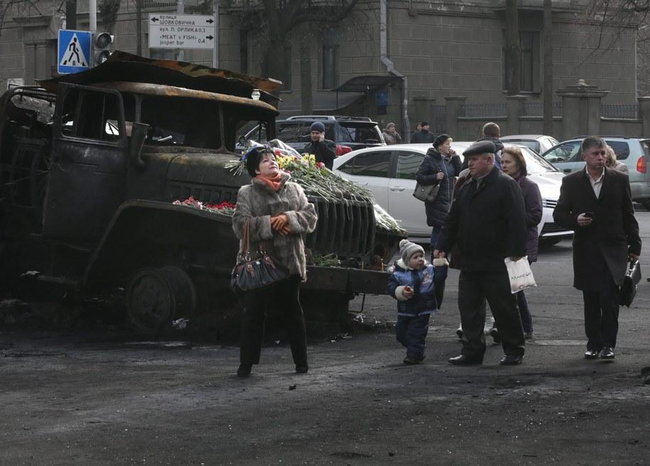 Spalony samochód na Majdanie /MAXIM SHIPENKOV    /PAP/EPA