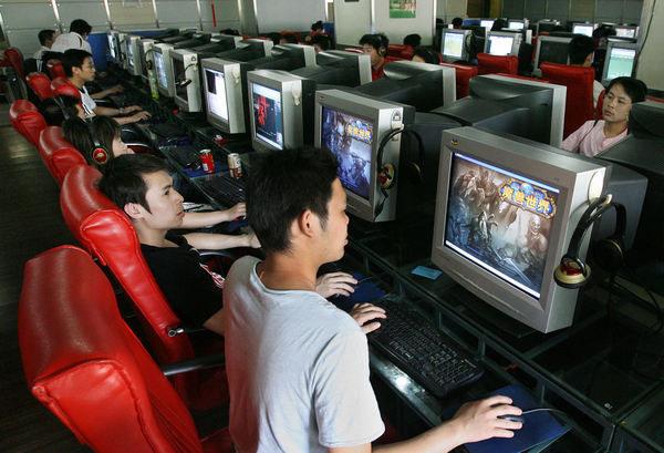 Specjalne kafejki internetowe pozwalają uzależnionym uciec od codzienności i oddać się rozrywce /AFP