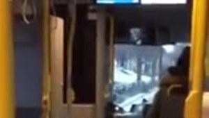Śpiewająca dziewczynka w autobusie