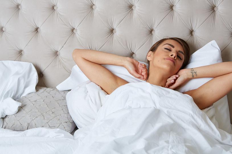 Śpij 7-8 godzin dziennie, by zachować zdrowie i urodę /©123RF/PICSEL