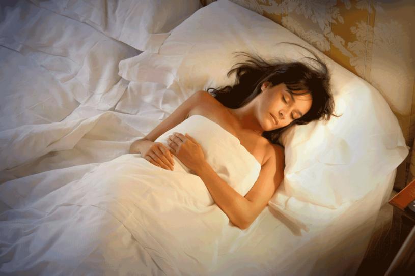 Śpij przynajmniej 7 godzin dziennie /123RF/PICSEL
