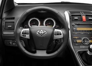 Spłaszczona u dołu kierownica nie jest zbyt praktyczna. /Toyota