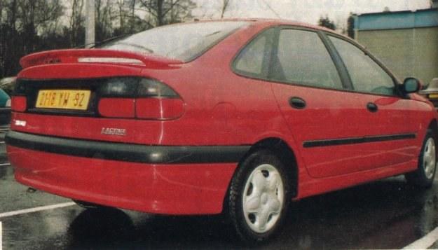 Spoiler i mocno pochylone szyby nadają sylwetce Renault Laguny wrażenie drzemiącej siły i dynamiki. /Motor