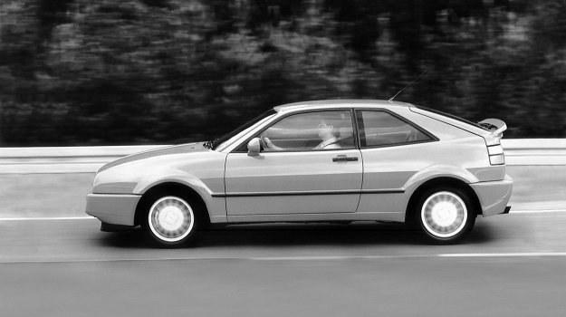 Spoiler tylny wysuwa się automatycznie przy prędkości 120 km/h, by w przypadku zwolnienia do 20 km/h samoczynnie się schować. Ułatwia to ewentualne cofanie pojazdu. Wysunięcie spoilera o zaledwie 50 mm daje zmniejszenie siły podnoszącej tył nadwozia ku górze o 64%. /Volkswagen