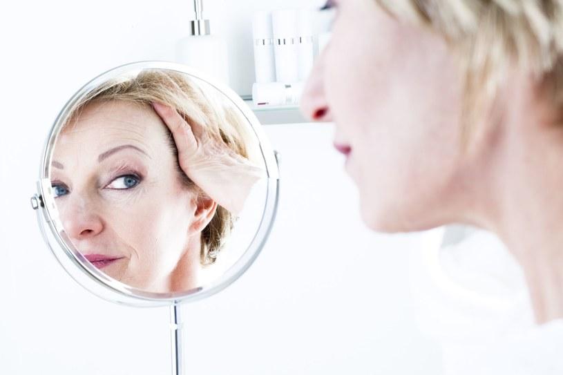 Spójrz w lustro, to tam czasem mieszka twoja krytykantka... /123RF/PICSEL