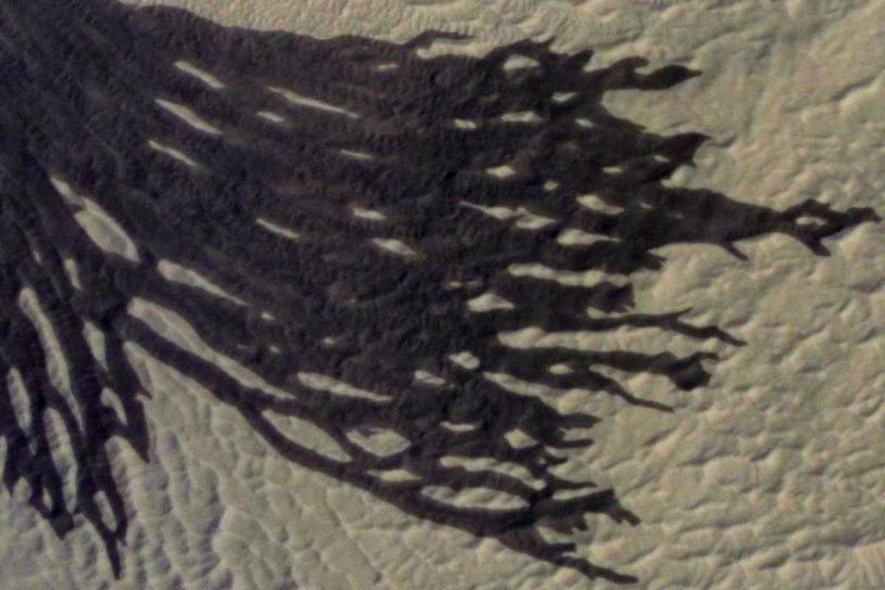 Spojrzenie na część ciemnego marsjańskiego żlebu (maksymalna rozdzielczość) okiem instrumentu HiRISE sondy MRO /materiały prasowe