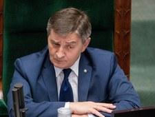 Spór o zdjęcie Kuchcińskiego. Chodzi m.in. o... róż na policzku