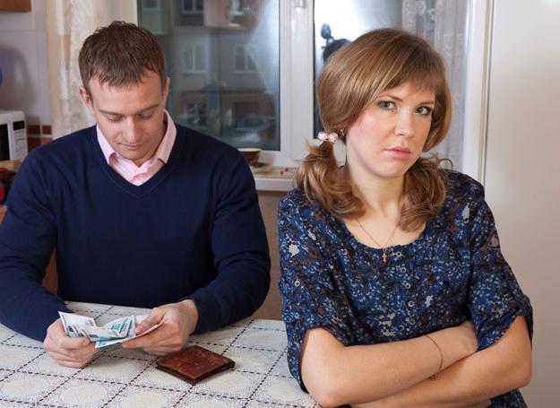 Spory o pieniądze mogą zniszczyc związek /123RF/PICSEL