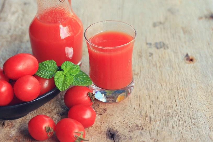 Sposobem na walkę ze zmęczeniem wypisanym na twarzy jest kompres z soku pomidorowego i soku z cytryny /123RF/PICSEL