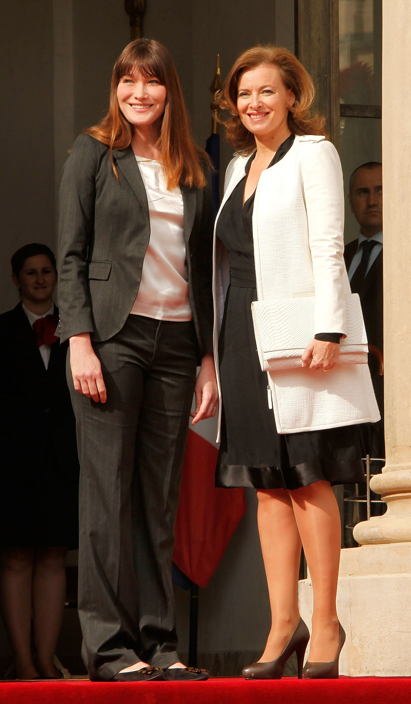 """Spotkanie dwóch pierwszych dam podczas """"zmiany warty"""" w Pałacu Elizejskim /- /Getty Images"""