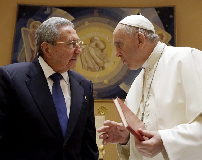 Spotkanie papieża z Raulem Castro trwało blisko godzinę /GREGORIO BORGIA / POOL /PAP/EPA