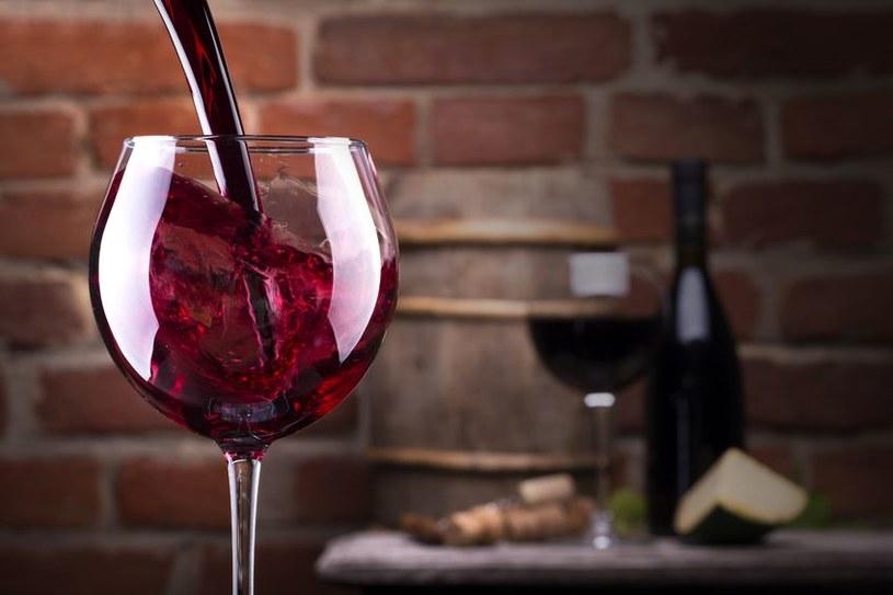 Spożywanie czerwonego wina wcale nie jest takie zdrowe? /©123RF/PICSEL
