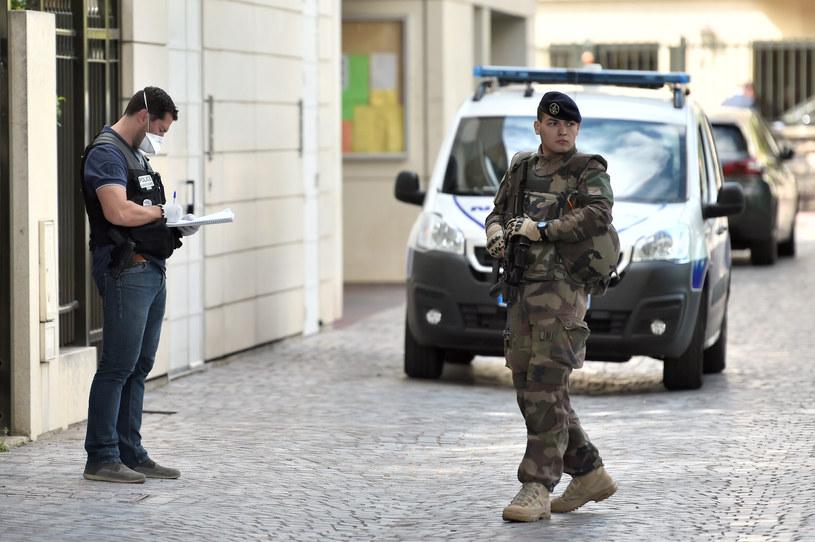 Sprawca porannego ataku na żołnierzy w Levallois-Perret na przedmieściach Paryża wjechał samochodem w grupę żołnierzy /STEPHANE DE SAKUTIN /AFP