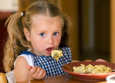 Sprawdź, co i dlaczego dziecko powinno jeść, aby mieć mocne ząbki /© Panthermedia