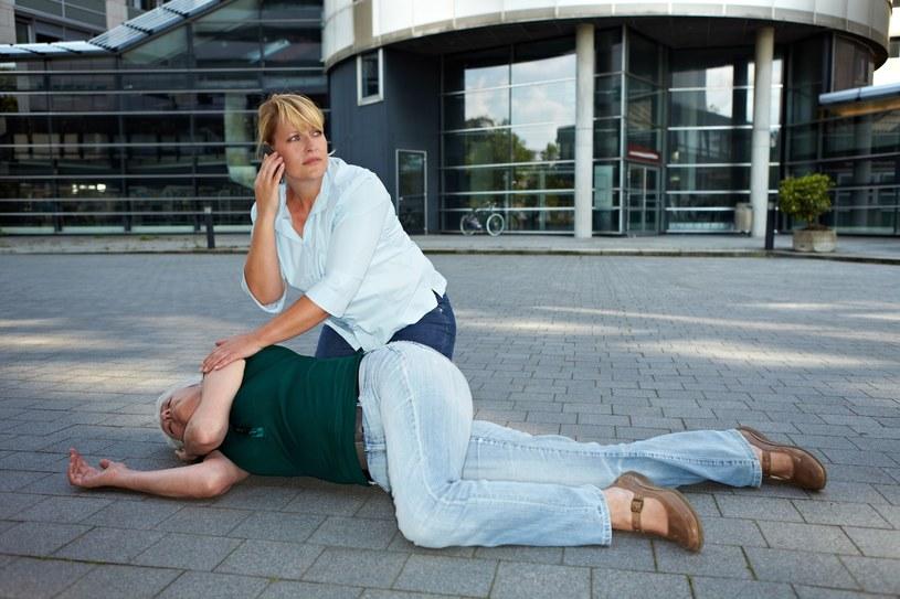 Sprawdź, co zrobić, gdy ktoś dozna urazu głowy, szyi bądź kręgosłupa /©123RF/PICSEL