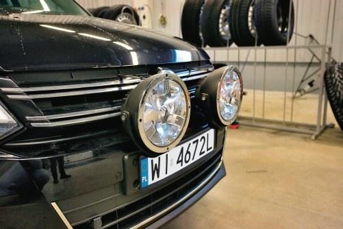 """Sprawność świateł drogowych można poprawić jedynie montując dalekosiężne """"halogeny"""". /Motor"""