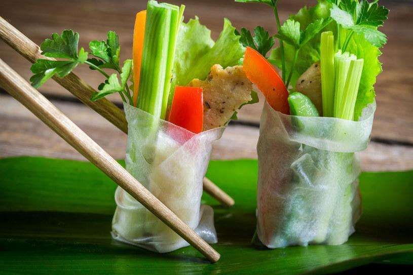 Spring rollsy - nie tylko na przyjęcie, ale też późny, letni obiad /©123RF/PICSEL