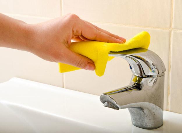 Sprzątając łazienkę nie zapominaj o kranach /©123RF/PICSEL