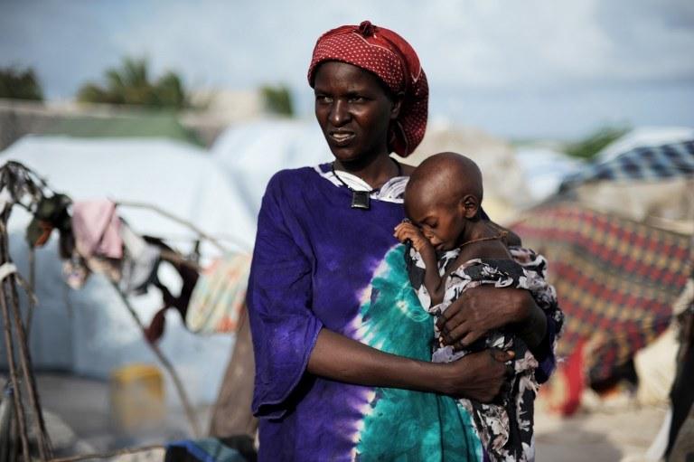 """""""Sprzedają khat na rogach ulic. W kolorowych czadorach, czasem przymierające głodem, ale wciąż piękne jak modelki. Królowe Mogadiszu"""" /ROBERTO SCHMIDT /AFP"""