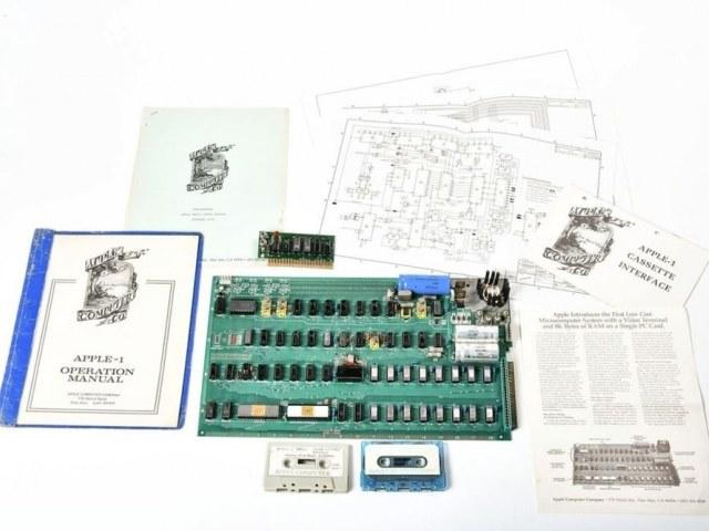 Sprzedany na aukcji komputer Apple 1. Fot. Charitybuzz /Tylkonauka.pl