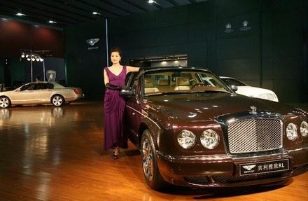 Sprzedaż luksusowych aut spada /AFP