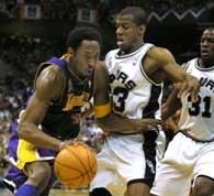 Spurs - Lakers 81:98. Kobe Bryant mija Antonio Danielsa